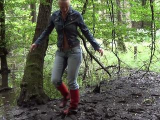 Piss Schlammschlacht im Sumpf in enger Jeans